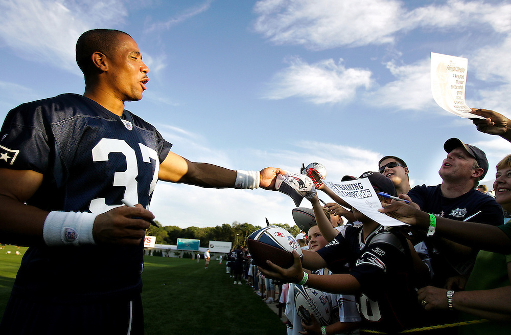 (081506, Foxboro, MA)  Rodney Harrison, #37, signs autographs after training camp at Gillette Stadium.