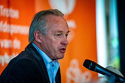 Joop Alberda presents Avital Selinger as the new national coach of the Dutch women's volleyball team. Selinger succeeds Giovanni Caprara, who had to pilot the Netherlands to the Olympic Games in January but failed on November 20, 2020 in Utrecht