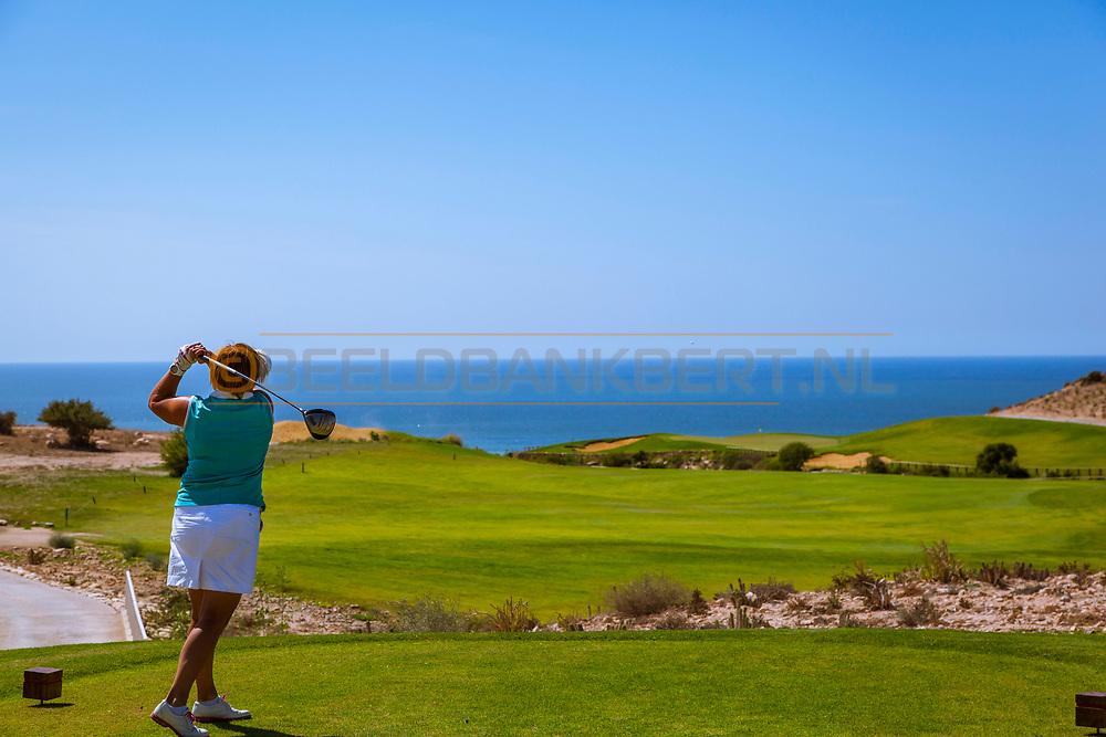 De 18 holes van de Tazegzout Bay Golf Club zijn ontworpen door Kyle Phillips en bieden prachtig uitzicht over het beroemde surfstrand bij vissersdorp Taghazout aan de Atlantische Oceaan in het noorden van Agadir.