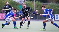 UTRECHT- Hockey - Floris van der Linden van HGC (m) met Sander de Wijn van Kampong (links) en Boet Phijffer van Kampong (r) tijdens de hoofdklasse competitiewedstrijd tussen de mannen van Kampong en HGC (2-1). COPYRIGHT KOEN SUYK