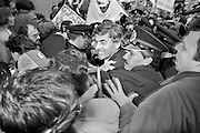 Nederland, Nijmegen, 16-3-1989Verpleegkundigen demonstreren voor betere beloning bij een partij bijeenkomst van het CDA waar premier Ruud Lubbers, minister Elco Brinkman en minister de Koning aanwezig zijn. Lubbers wordt op weg naar de ingang van het Kolpinghuis belaagd door boze verpleegkundigen. Politie weet hem naar binnen te loodsen.Foto: Flip Franssen/Hollandse Hoogte