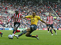 Photo: Andrew Unwin.<br /> Sunderland v Arsenal. The Barclays Premiership. 01/05/2006.<br /> Arsenal's Thierry Henry (C) crosses the ball.