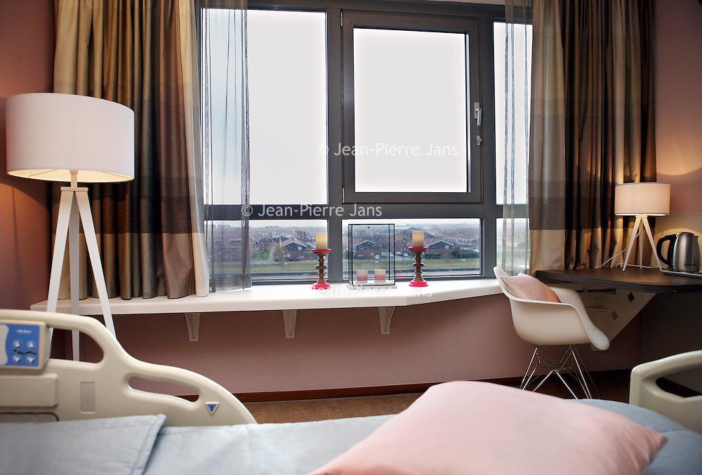 Nederland, Hoofddorp , 14 januari 2015.<br /> Speciale palliatieve kamer<br /> Palliatieve en terminale zorg komen in een ziekenhuisomgeving niet altijd tot hun recht. Een stervende heeft immers meer behoefte aan rust en verzorging. Daarom is er bij Interne Geneeskunde een speciale, palliatieve kamer. Deze kamer heeft een huiselijke indeling en geeft de geborgenheid en privacy van een eigen huis. Dat geeft meer ruimte voor (zingevings)gesprekken.<br /> Foto:Jean-Pierre Jans