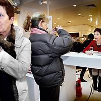 Nederland, Amsterdam , 6 maart 2010..Schrijfster Charlotte Mutsaers tijdens de signeersessies in de Bijenkorf voorafgaande aan de Boekenweek 2010..Foto:Jean-Pierre Jans