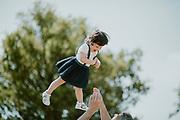 Saltar, riure, ballar… tot s'hi val per fer una bona sessió de fotos en familia.