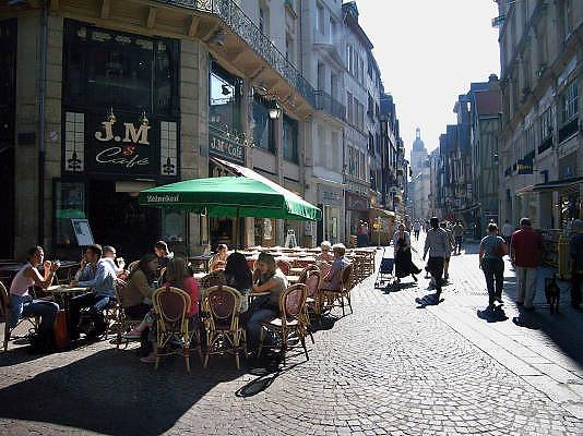 Frankrijk, Rouen, 6-9-2005..Terrasje in het centrum van de stad met parasol van Heineken. Toerisme, toeristen, normandie, vakwerkhuizen, middeleeuwse architectuur, architektuur, stadsgezicht. recreatie, drankje en hapje...Foto: Flip Franssen/Hollandse Hoogte