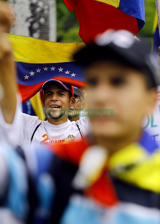 May 4, 2019 - Valencia, Carabobo, Venezuela - May 04, 2019.  Venezuelans continue to make concentrations of people Ê and marches against Nicolas Maduro, in the main cities of the country. In the photo  a group of people shout slogans in favor of freedom and democracy, calling for the exit of the dictator,  in the city of Valencia, Carabobo state. Photo: Juan Carlos Hernandez (Credit Image: © Juan Carlos Hernandez/ZUMA Wire)