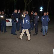 Schietpartij Brink Muiderberg, 3 gewonden, tussen skinheads en Marokkanen, politie met kogelvrije vesten.overleg, vergadering,