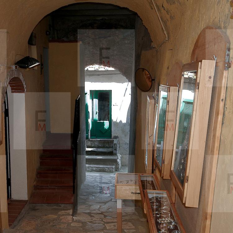 Vicoli caratteristici a Capoliveri, antico paese dell'Isola d'Elba..Characteristic alleys in Capoliveri, an ancient village on Elba Island