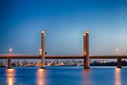 Vista da Ponte Getúlio Vargas ao final do dia, com a cidade de Porto Alegre ao fundo. FOTO: Jefferson Bernardes / Preview.com