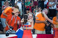 LONDEN - Eva de Goede (Ned) en Lidewij Welten (Ned) met ouders   na het winnen van  de finale Nederland-Ierland (6-0) bij  wereldkampioenschap hockey voor vrouwen.  . COPYRIGHT  KOEN SUYK
