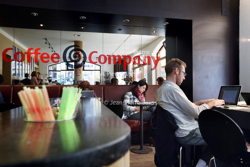 Nederland, Amsterdam , 12 april 2010..Gratis  1 uur WIFI verbinding bij 1 koffie in Coffee Company.Foto:Jean-Pierre Jans