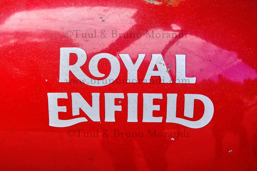 Inde, Bengale Occidental, Darjeeling, reservoir d'une moto Royal Enfield // India, West Bengal, Darjeeling, tank of a Royal Enfield motorcycle