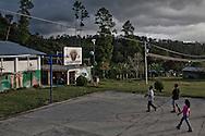 Playing basket. They all play sports, women are ingluded well.<br /> Jugando basket. En las comunidades se practican varios deportes y las mujeres son muy bien incluidas.