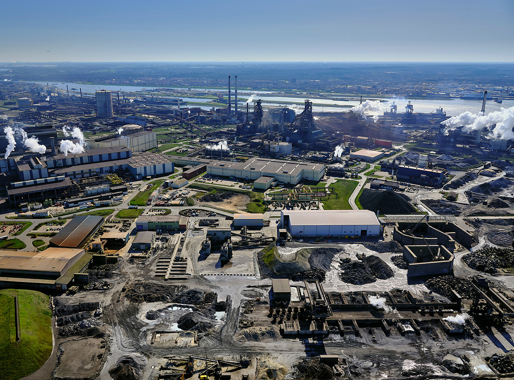 Nederland, Noord-Holland, IJmuiden, 23-03-2020; Velsen-Noord, Tata Steel. Onder in beeld Harsco, verwerkt slikken uit de staalfabriek. Dit veroorzaakt regelmatig grafietregens in het nabij gelegen Wijk aan Zee.<br /> Midden zicht  op de hoogovens (midden) met links de gashouder, rechts met stoom de Kooksfabriek.<br /> Tata Steel industrial site, steel works.<br /> luchtfoto (toeslag op standaard tarieven);<br /> aerial photo (additional fee required)<br /> copyright © 2020 foto/photo Siebe Swart