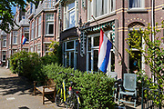Tijdens de Nationale Dodenherdenking op 4 mei hangt de nederlandse vlag halfstok. | During the National Remembrance Day on May 4, the Dutch flag hangs at half mast.