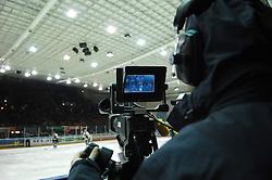 25.2.2011, Eisstadion Liebenau, Graz, AUT, EBEL, Graz 99ers vs EV Vienna Capitals, im Bild Feature, Servus TV, Kameramann, Kamera, EXPA Pictures © 2010, PhotoCredit: EXPA/ J. Hinterleitner