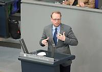 DEU, Deutschland, Germany, Berlin, 23.04.2021: Deutscher Bundestag, Helge Lindh (SPD) bei einer Rede in der Debatte zum Antrag von Bündnis 90/Die Grünen zur besseren Absicherung von Solo-Selbstständigen in der Kultur- und Kreativwirtschaft.