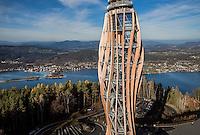 Bauvorhaben:<br /> Holzaussichtsturm<br /> auf dem Pyramidenkogel<br /> in A-9074 Keutschach am See, Österreich/Kärnten<br /> Bauweise:<br /> Ingenieur-Holz-/Stahlbau<br /> Bauzeit:<br /> Oktober 2012 bis Juni 2013 (zwei Monate Turmrohbau)<br /> Baukosten:<br /> ca. 8 Mio. Euro (ohne Steuern)<br /> Bruttogeschossfläche: 700 m2<br /> Bauherr:<br /> Pyramidenkogel Infrastruktur GmbH & Co. KG<br /> A-9020 Klagenfurt www.pyramidenkogel-ktn.at<br /> Projektmanagement:<br /> Kastner ZT-GmbH A-9020 Klagenfurt www.kastner-zt.eu<br /> Architektur:<br /> Klaura, Kaden + Partner ZT GmbH<br /> A-9020 Klagenfurt www.klaura.at www.kaden.cc www.arch-laure.at<br /> Tragwerksplanung:<br /> Lackner + Raml ZT GmbH A-9500 Villach www.lackner-raml.at<br /> Statische Prüfung:<br /> Création Holz GmbH CH-9101 Herisau www.creation-holz.ch und<br /> Rubner Holzbau GmbH A-3200 Ober-Grafendorf www.rubner.com<br /> Windkanalversuche:<br /> Wacker Ingenieure<br /> D-75217 Birkenfeld www.wacker-ingenieure.de<br /> Holzbau<br /> (Werkplanung und Fertigung):<br /> Rubner Holzbau GmbH A-3200 Ober-Grafendorf (Zweigstelle Villach) und<br /> A-9584 Finkenstein (Projektabwicklung + Montage) www.rubner.com<br /> Stahlbau<br /> (Werkplanung und Fertigung):<br /> Zeman & Co. GmbH A-1120 Wien www.zeman-stahl.com<br /> Verwendete Holzmengen:<br /> 500 m3 BS-Holz (Lärche) 1000 m2 BSP (Fichte)<br /> Verwendete Stahlmenge: 300 t