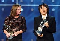 Fotball: 17.12.2001 Zürich, Schweiz,<br />Die Amerikanerin Tiffeny Millbrett und die Chinesin Sun Wen werden mit dem Dritten und Zweiten Rang ausgezeichnet am Montag (17.12.2001) bei der FIFA-World Player Gala in Zürich. <br /><br />Foto: ANDY MüLLER, Digitalsport