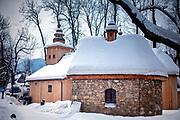 Na pierwszym planie kapliczka Gąsieniców i najstarszy drewniany kościół w Zakopanem, zwany Starym Kościołem.