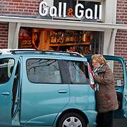 NLD/Blaricum/20101229 - Zangeres Caroline Kaart slaat nog wat alcohol in voor de feestdagen
