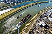 Nederland, Zuid-Holland, Rotterdam, 18-02-2015. Botlek, duwbakken en binnenvaart op het Hartelkanaal ter hoogte van Distripark Botlek.<br /> Barges and barge on the Hartelkanaal, near of Distripark Botlek.<br /> luchtfoto (toeslag op standard tarieven);<br /> aerial photo (additional fee required);<br /> copyright foto/photo Siebe Swart