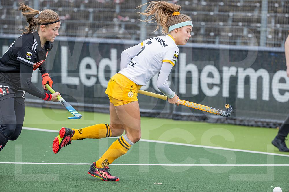 AMSTELVEEN -  Danique van der Veerdonk (DenBosch) met Michelle Fillet (Adam)  tijdens  de hoofdklasse hockey competitiewedstrijd dames, Amsterdam-Den Bosch (0-1)  COPYRIGHT WORLDSPORTPICS KOEN SUYK
