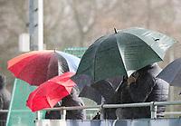 AMSTELVEEN -  met paraplu de regen trotseren langs de lijn. Pinoke-Wageningen (2-0)  , Overgangsklasse hockey dames. COPYRIGHT KOEN SUYK