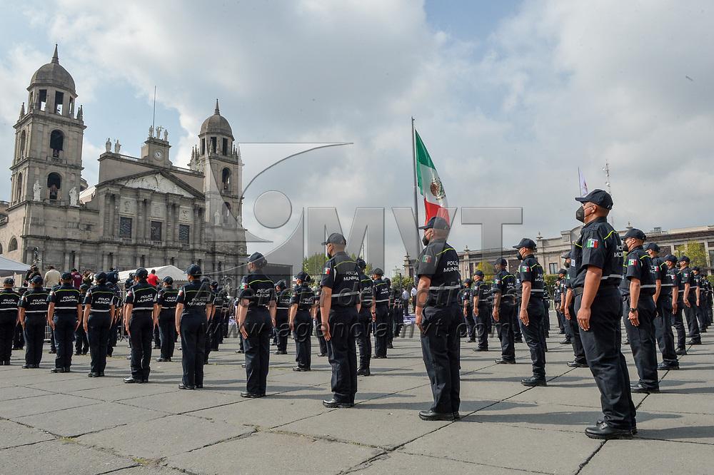 Toluca, México.- Cadetes de la policía municipal de Toluca se graduaron en una ceremonia realizada en la plaza de los Mártires. Agencia MVT / Mario Vázquez de la Torre