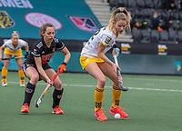 AMSTELVEEN -  Maartje Krekelaar (DenBosch) met Charlotte Adegeest (Adam) tijdens de halve finale wedstrijd dames EURO HOCKEY LEAGUE (EHL),  Amsterdam-HC Den Bosch. (1-1) Den Bosch wint shoot outs en plaats zich voor de finale.  COPYRIGHT  KOEN SUYK