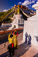 A Chinese couple in traditional dress, near the Potala Palace, Lhasa (Xizang), TIbet (China).
