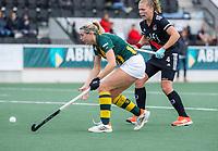 AMSTELVEEN - Lily Owsley (HDM) met Hester van der Veld (Amsterdam)  tijdens de competitie hoofdklasse hockeywedstrijd dames, Amsterdam-HDM (1-1).  COPYRIGHT KOEN SUYK