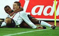 Fotball: Tyskland-England 1-5. München. 01.09.01.<br /><br />v.l.  Ashley COLE und Torschütze Steven GERRARD jubeln nach dem 1:2<br />               WM-Quali   Deutschland - England  1:5