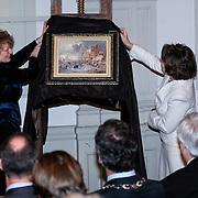 NLD/Haarlem/20130205 - H.K.H. Prinses Margriet opent tentoonstelling Hollandse Meesters in het Teylers Museum, Directeur Marjan Scharloo en prinses Margriet onthullen schilderij