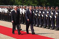 23 MAY 2002, BERLIN/GERMANY:<br /> Johannes Rau (L), Bundespraesident, und George W. Bush (R), Praesident U.S.A., schreiten die Front des Wachbataillons der Bundeswehr ab, waehrend dem Empfang von Bush mit militaerischen Ehren, Schloss Bellevue<br /> George W. Bush (L), President of the United Staates of America, and Johannes Rau (R), Federal President of Germany, Palace Bellevue<br /> IMAGE: 20020523-01-027<br /> KEYWORDS: USA, Präsident, George Bush, militärische Ehren, militärischen Ehren, Soldaten, soldiers, Soldat, soldier