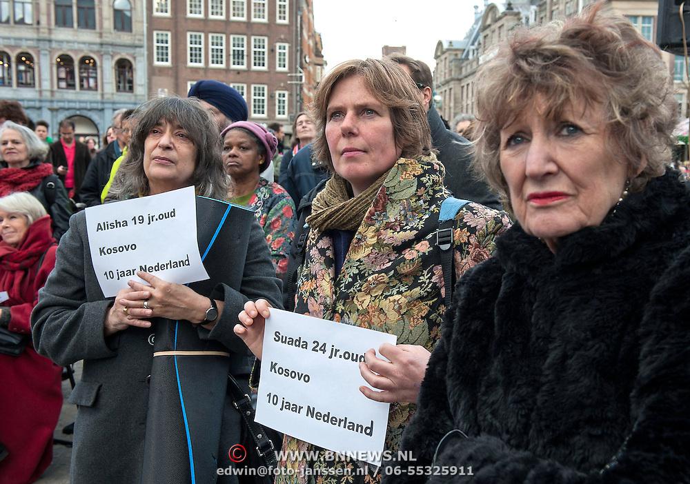 Vrouwen Tegen Uitzetting (VTU) voert op 14 april 2012 een 'lig-actie' op de Dam.Tégen het op straat zetten van vluchtelingen, vóór fatsoenlijke opvang.VTU is een netwerk van Nederlandse en vluchtelingenvrouwen met en zonder verblijfsvergunning. VTU zet zich in voor een goed asielbeleid en aandacht voor de positie van vrouwelijke vluchtelingen.Het protest richt zich in de eerste plaats tegen het op straat zetten van vluchtelingen en pleit voor fatsoenlijke opvang. Maar er komt meer aan de orde. Diverse sprekers belichten of bezingen het wetsontwerp over 'gewortelde kinderen', het Kinderpardon, de schandalig hoge legeskosten en de slordige, haastige, asielprocedure.Om 15.00 u worden één voor één de namen van vluchtelingen  opgelezen die op straat zijn gezet, terwijl de aanwezigen op de Dam gaan liggen om te laten zien hoeveel asielzoekers op straat moeten leven.Sprekers zijn o.a. Vincent Bijloo cabaretier; Marieke Doorninck (Groen Links gem Amsterdam); Khadija Arib (2e K PvdA); Tofik Dibi (2e K GroenLinks)Stephanie Mbanzendore - Burundese en Myra. De vrouw geheel rechts op de foto is Hedy d'Ancona. Foto JOVIP/JOHN VAN IPEREN
