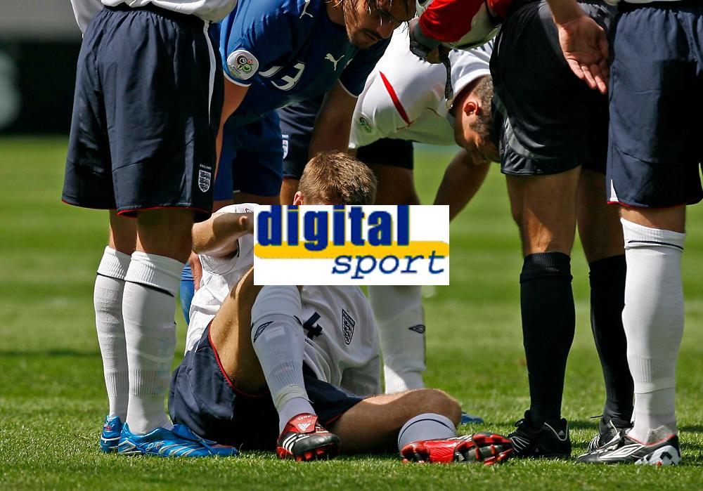 Photo: Glyn Thomas.<br />England v Paraguay. Group B, FIFA World Cup 2006. 10/06/2006.<br /> England's Steven Gerrard in pain.