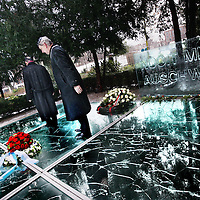 Nederland, Amsterdam , 27 januari 2013..Auschwitzherdenking..De bevrijding van concentratiekamp Auschwitz-Birkenau (27 januari 1945) wordt herdacht op zondag 27 januari 2013 in het Wertheimpark..Jaarlijks wordt, op de laatste zondag van januari, de bevrijding van het concentratiekamp Auschwitz-Birkenau (27 januari 1945), herdacht. Daarnaast worden de Jizkor- en Kaddishgebeden gezegd en er wordt zigeunermuziek gespeeld. Hierna is er voor particulieren en organisaties gelegenheid hun kransen en bloemen te leggen bij het monument..Op de foto Burgemester Eberhard van der Laan en de Amsterdamse wethouder Freek Ossel...The liberation of Auschwitz-Birkenau (27 January 1945) was commemorated on Sunday, January 27, 2013 in the Wertheim Park in Amsterdam.