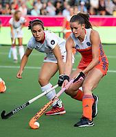 ANTWERPEN - Lidewij Welten (Ned) in duel met Clara Ycart (Esp)  tijdens  hockeywedstrijd  dames,Nederland-Duitsland ,   bij het Europees kampioenschap hockey.   COPYRIGHT KOEN SUYK