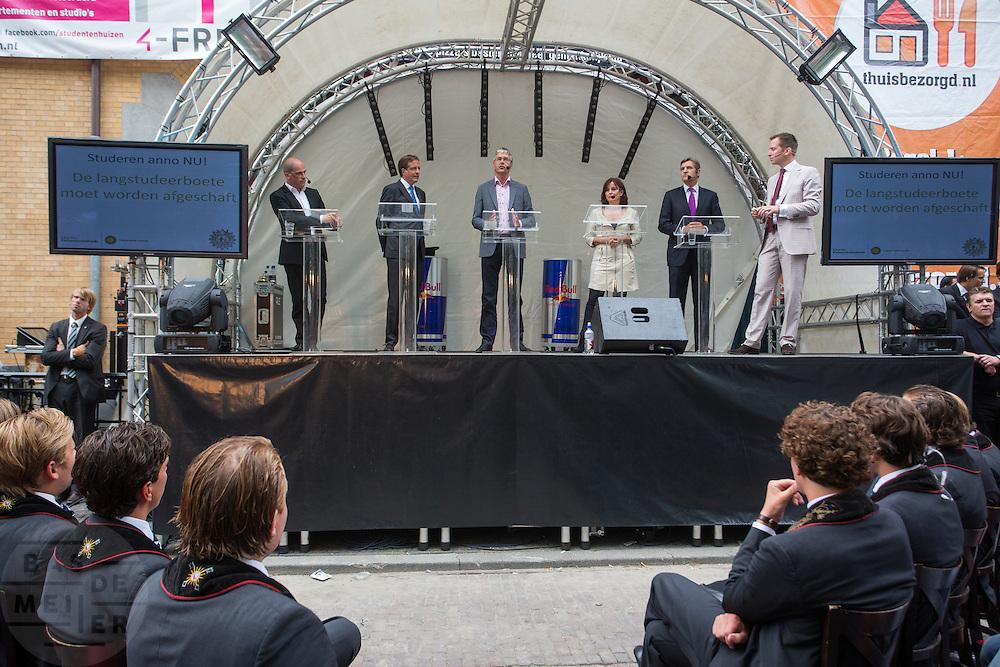 In Utrecht vindt tijdens de introductiedagen het eerste lijsttrekkersdebat plaats voor de Tweede Kamerverkiezingen. Diederik Samsom (PvdA), Alexander Pechtold (D'66), Arie Slob (ChristenUnie), Jolande Sap (GroenLinks) en Sybrand Buma (CDA) discussieerden vooral over de zaken die studenten aangaan. Pechtold en Samsom wonnen samen het debat.<br /> <br /> At the introduction days for the Utrecht University freshmen, political leaders are debating for the first time to start the campaign for the elections of the Dutch parliament. Diederik Samsom (PvdA), Alexander Pechtold (D'66), Arie Slob (ChristenUnie), Jolande Sap (GroenLinks) and Sybrand van Haersma Buma (CDA) are debating mainly on issues concerning education. Samsom and Pechtold won this debate equally.