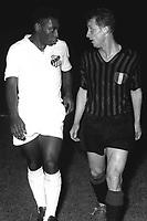 Fotball<br /> Foto: imago/Digitalsport<br /> NORWAY ONLY<br /> <br /> 16.10.1963  <br /> <br /> Pele (Santos, li.) im Gespräch mit Giovanni Trapattoni (Milan)