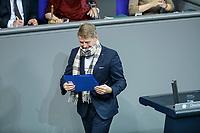 04 NOV 2020, BERLIN/GERMANY:<br /> Karsten Hilse, MdB, AfD, bindet sich umstaendlich einen Schahl um, um damit der Anforderung eines Mund-Nase-Schutzes zur Bekaempfung der Corona Pandemie nachzukommen, waehrend einer Debatte zur Klimaschutz-Politik, Plenum, Reichstagsgebaeude, Deutscher Bundestag<br /> IMAGE: 20201104-01-007<br /> KEYWORDS: Rede, Speech