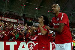 Valdivia comemora com a torcida seu gol na partida conta o Atlético-MG válida pela Copa Libertadores da América, no estádio Beira-Rio, em Porto Alegre. FOTO: Jefferson Bernardes/ Agência Preview