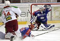Ishockey<br /> GET-Ligaen<br /> 03.01.08<br /> Jordal Amfi<br /> Vålerenga VIF - Frisk Asker Tigers<br /> Cameron Abbott skyter - Tommy Lund redder - I midten Lars Erik Lund<br /> Foto - Kasper Wikestad