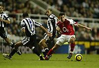 Fotball<br /> Premier League 2004/05<br /> Newcastle v Arsenal<br /> 29. desember 2004<br /> Foto: Digitalsport<br /> NORWAY ONLY<br /> Arsenal's Robin Van Persie beats Newcastle United's Jermaine Jenas and Kieron Dyer