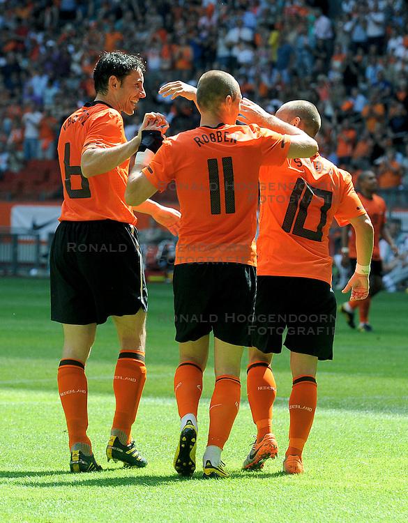 05-06-2010 VOETBAL: NEDERLAND - HONGARIJE: AMSTERDAM<br /> Nederland wint met 6-1 van Hongarije / Wesley Sneijder, Mark van Bommel en Arjen Robben<br /> ©2010-WWW.FOTOHOOGENDOORN.NL