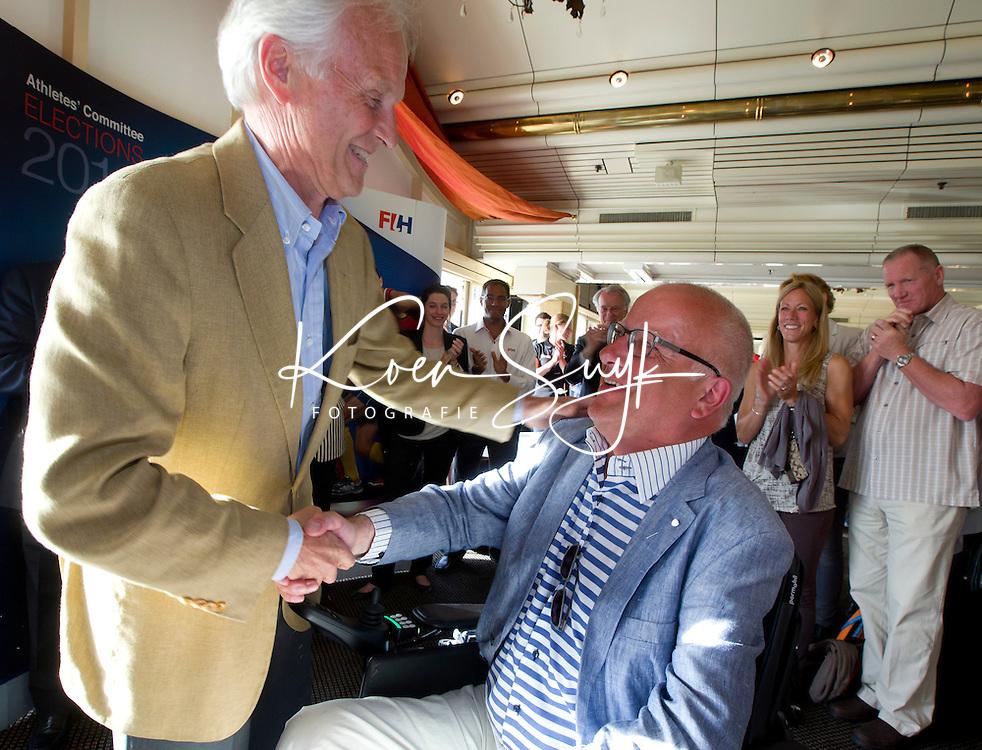SCHEVENINGEN  (Den Haag) - Frank van der Peet van de Gemeente Den Haag is benoemd tot Lid van Verdienste van de KNHB. Hij krijgt van Jan Albers de bondsspeld. COPYRIGHT KOEN SUYK