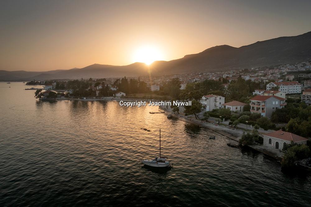 Kastela I Dalmatien Kroatien<br /> 2021 06 25<br /> staden Kastela <br /> vid Adriatiska havet, <br /> Maarinan i Kastela i solnedgång<br /> Drönare<br /> <br /> <br /> ----<br /> FOTO : JOACHIM NYWALL KOD 0708840825_1<br /> COPYRIGHT JOACHIM NYWALL<br /> <br /> ***BETALBILD***<br /> Redovisas till <br /> NYWALL MEDIA AB<br /> Strandgatan 30<br /> 461 31 Trollhättan<br /> Prislista enl BLF , om inget annat avtalas.