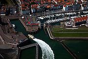 Nederland, Zeeland, Walcheren, 12-06-2009; Vlissingen, loodsboot van het Nederlands Loodswezen BV, regio Scheldemonden, meert af aan de Boulevard de Ruyter. .Rechts de Michiel de Ruijterhaven, Jachthaven en aan het water museum het Arsenaal.Swart collectie, luchtfoto (25 procent toeslag); Swart Collection, aerial photo (additional fee required).foto Siebe Swart / photo Siebe Swart